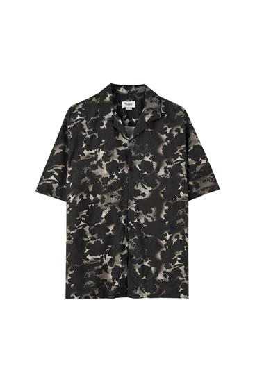 Γκρι πουκάμισο με τύπωμα σιλουέτες