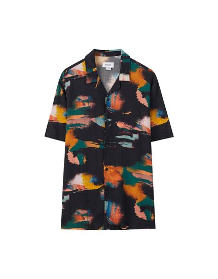 Черная рубашка с разноцветным принтом