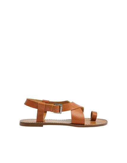 Sandalia plana cuero
