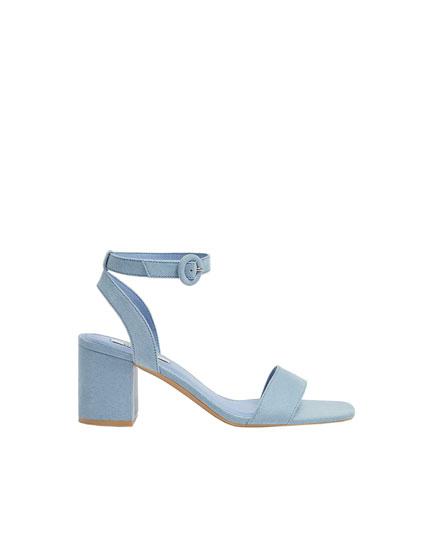 Sandalia azul pastel