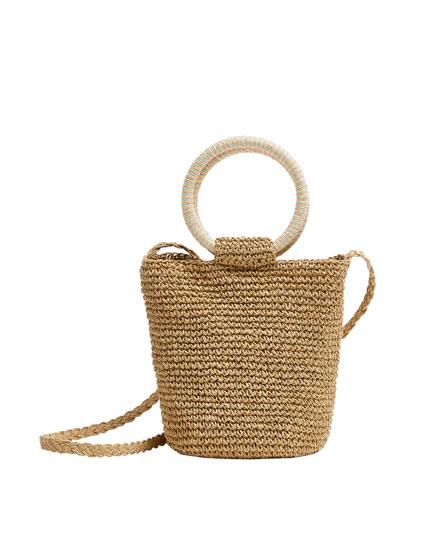 Бежевая сумка из рафии с плечевым ремнем