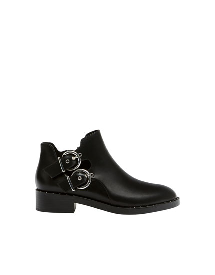 Basic cut-out flat ankle boots