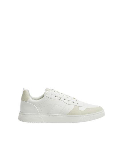Sneakers con particolare sulla punta