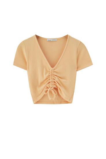 Kort T-shirt i rib med V-udskæring
