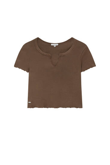 Lettuce-edge crop top with vent