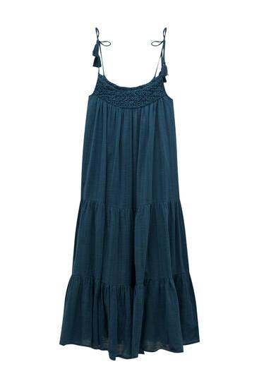 فستان طويل بحمالات وتفصيل بياقة