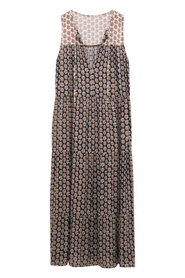 فستان طويل بطبعة وفتحة عنق بقصة