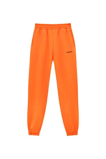 Pantalón jogger texto color