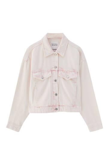 Cazadora vaquera rosa bolsillos
