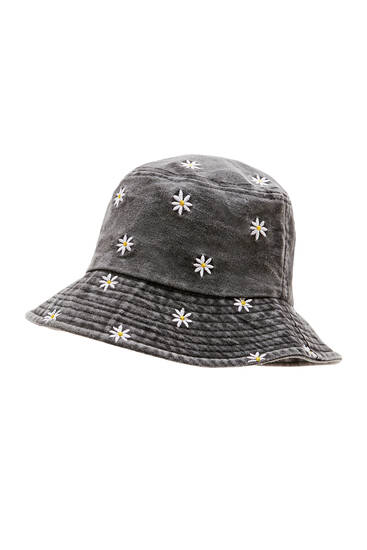 Black bucket hat with daisies