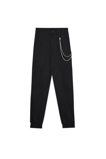 Vojenské nohavice s bočnými vreckami a ozdobnou retiazkou
