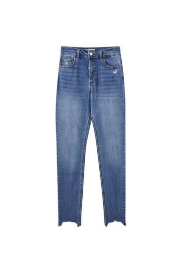 Džínsy priliehavého strihu svysokým pásom