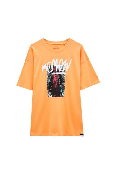 Помаранчева футболка з написом і зображенням
