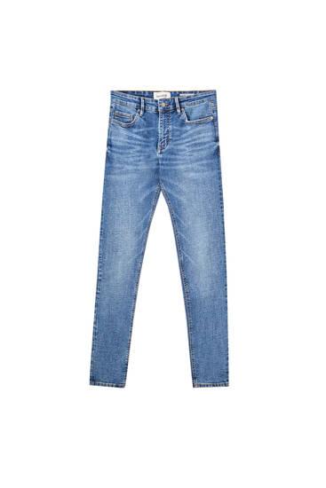 Jeans super skinny fit em azul-médio