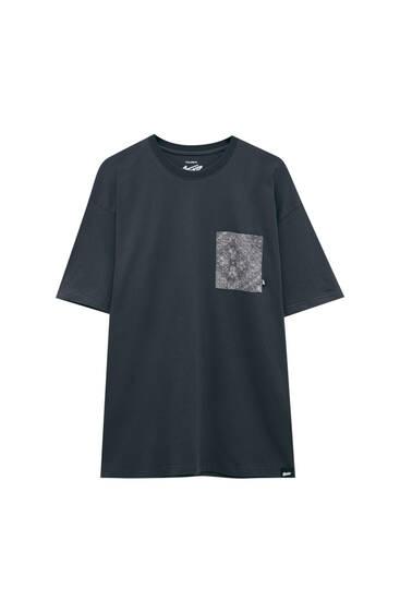 Сіра футболка з принтом пейслі на кишені
