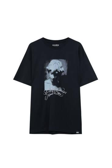 Schwarzes Shirt mit Engel und Slogan