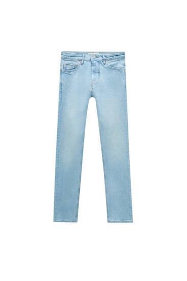 Блакитні варені джинси зручного вузького крою