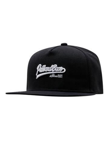 Μαύρο καπέλο τζόκεϊ με κεντημένο λογότυπο