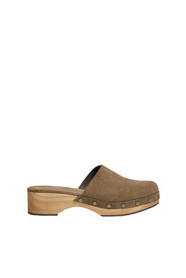 Wooden leather clogs with studs