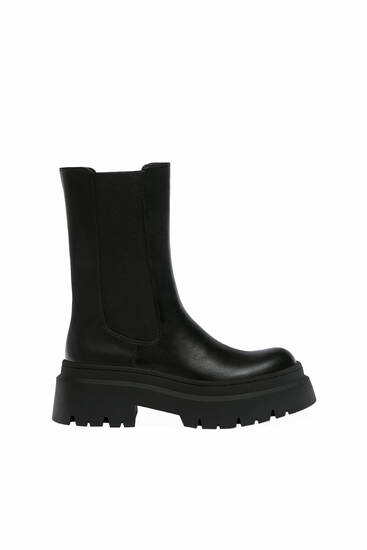 Flat ankle boots with elastic side panels