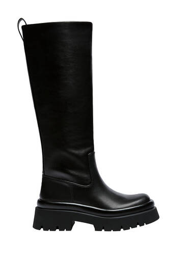 Flache, unifarbene Stiefel mit Profilsohle