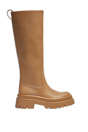 Low-heel track sole monochrome boots
