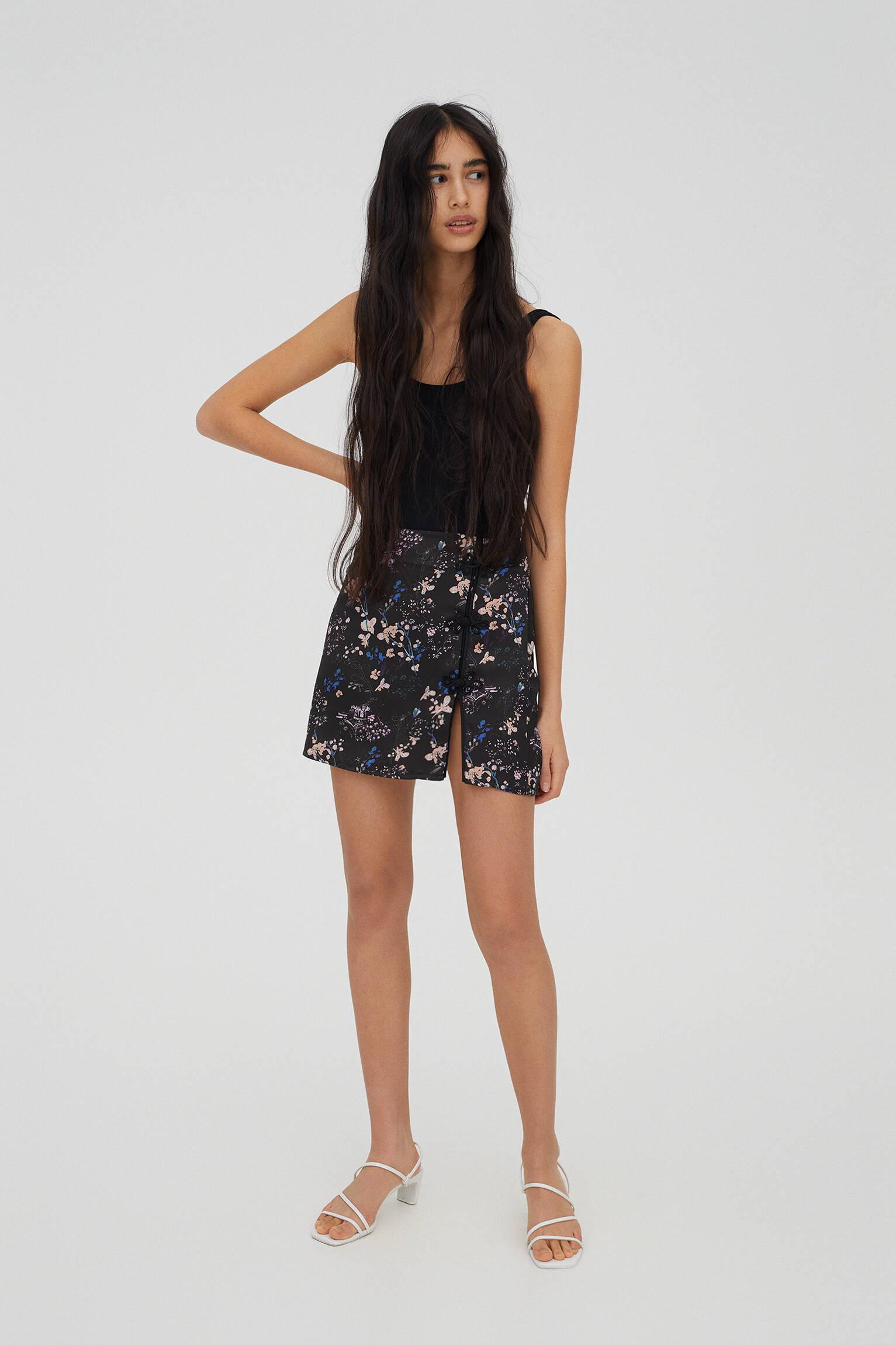 Мини-юбка с цветочным принтом и разрезом сбоку Черный Pull & Bear