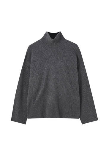 Трикотажный свитер с высоким воротником