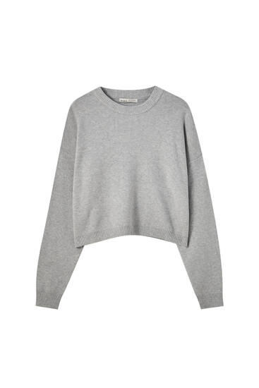 Cropped knit sweater with a round neckline