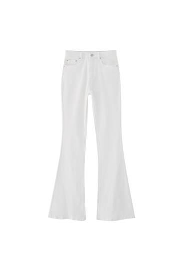 Vita utsvängda byxor