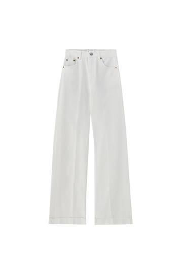 Jeans brancas wide leg e mid waist
