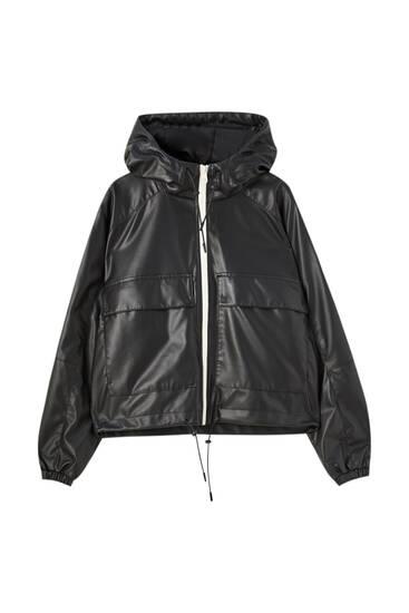 Kort regnjacka med lädereffekt