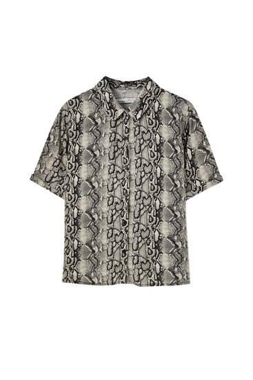 قميص بطبعة وأكمام قصيرة