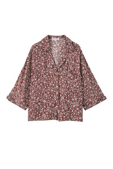 Camisa com estampado floral e manga japonesa