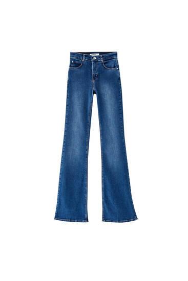 Jeans acampanados fit básicos