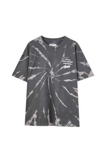 T-shirt com tie-dye e logótipo STWD