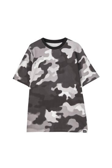 טי שירט בצבע שחור עם הדפס צבאי