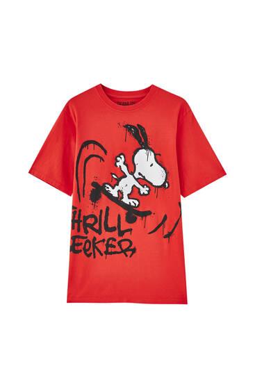 T-shirt em vermelho do Snoopy e mensagem