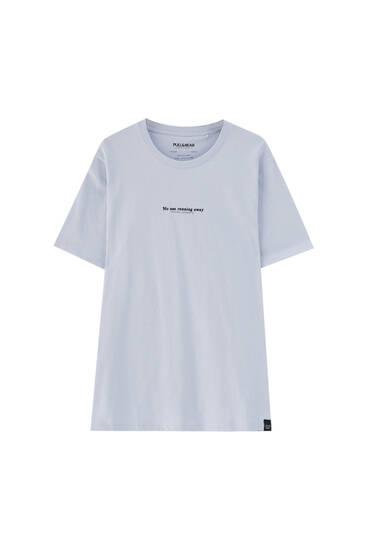 Camiseta violeta texto contraste