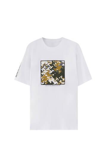 T-shirt met camouflageprint en patchwork