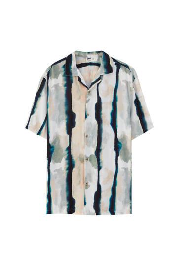 חולצה בצבע ורוד בסגנון tie dye עם הדפס