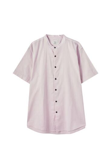Vienkāršs krekls ar stāvu apkakli un īsām piedurknēm