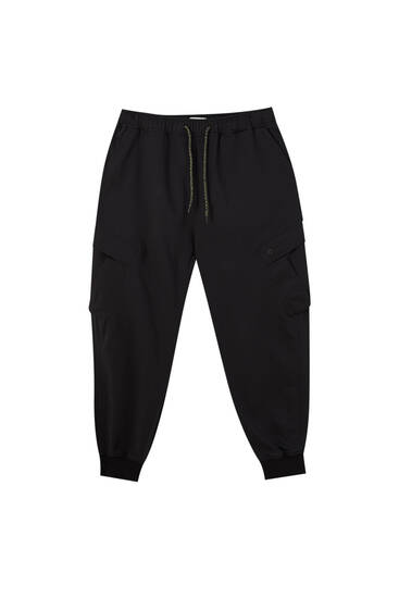 Joggers with asymmetric pockets