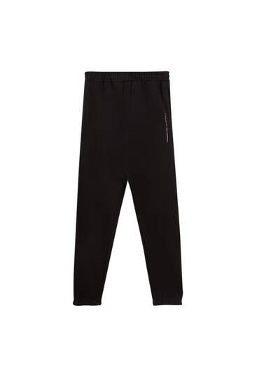 Pantalón jogger logo contraste