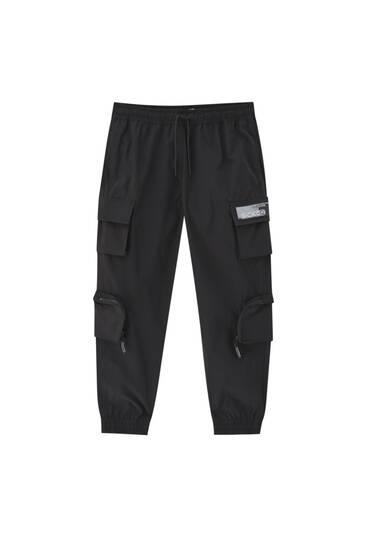 Чорні штани-карго з кишенями на штанинах