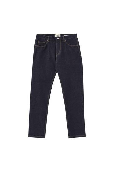 Μπλε τζιν παντελόνι με λεπτομέρεια από φθαρμένη όψη
