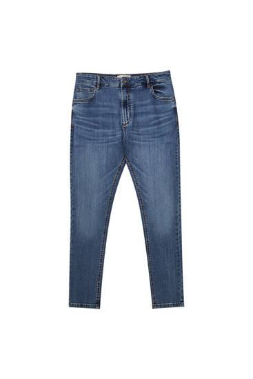 Jeans corte carrot básicos