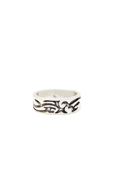 Ring with geometric embossing