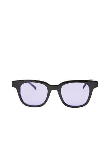 Óculos de sol com lentes roxas