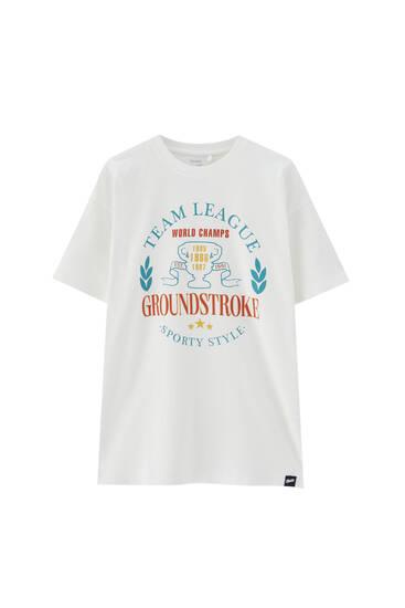 Bela majica koledž stila sa ilustracijom logotipa